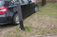 GST parkuje na zieleńcu