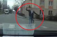 Rzucił czymś w samochód, potem chciał się bić