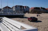 Jeep na plaży w Sopocie