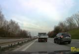 Kierowca wyprzedza z prawej strony