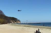 Dwa policyjne Blackhawk przelatują nad molo w Orłowie