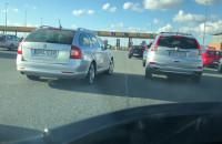 Cwaniaki na autostradzie próbują ominąć kolejkę
