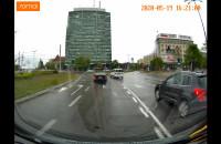 Niebezpieczny manewr w deszczu