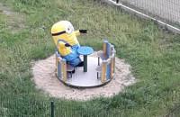 Minionek na placu zabaw