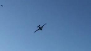 Wojskowy samolot lata nad plażą w Sopocie
