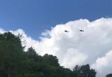 Śmigłowce wojskowe nad bulwarem na Oksywiu