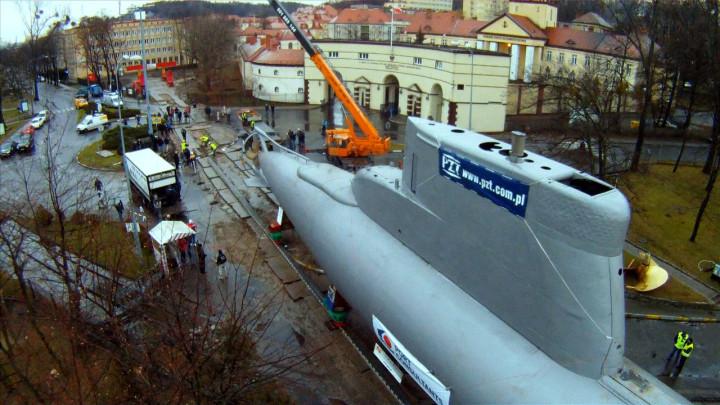 Zobacz jak wyglądał transport okrętu podwodnego na teren AMW.