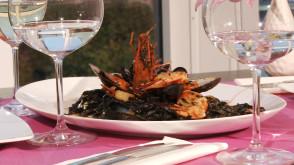 Czarny makaron i owoce morza w White House