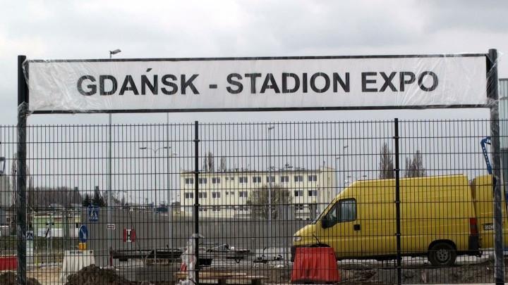 Tuż przy nowej siedzibie targów kończy się budowa nowego przystanku przy zmodernizowanej linii kolejowej do Nowego Portu.