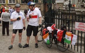 1400 km rowerami na mecz