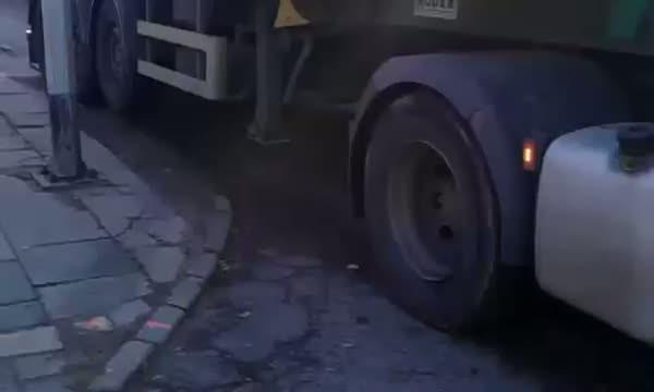 Ciężarówki wNowym Porcie na szczęście zniknęły, ale pozostawiły po sobie rozjeżdżone drogi.