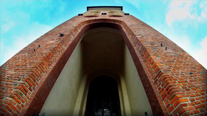 Ma krzywe ściany, astoi. Zobacz kościół św. Jakuba wGdańsku, gdzie posługują ojcowie kapucyni.