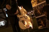 Muzyk podpala swój instrument