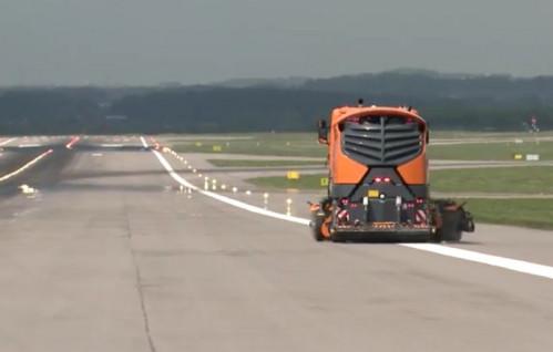 Tak wygląda czyszczenie pasa startowego na lotnisku