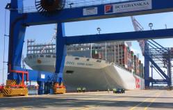 Wielki kontenerowiec wpłynął do Gdańska