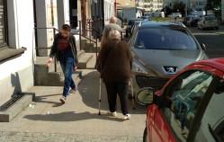 Na nowym chodniku więcej aut niż pieszych