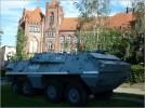 Opancerzony wóz milicyjny przy zejściu do Muzeum Stoczni Gdańskiej