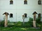 Wystawa drewnianych kapliczek przy muzeum etnograficznym