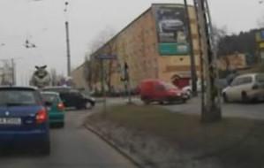 Kierowcy omijają gdyński korek po chodniku