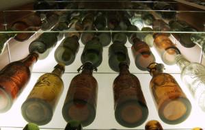 Zbiera butelki ze starych browarów