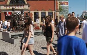 Flash mob przy dworcu. Gimnazjaliści pamiętają o Kindertransportach