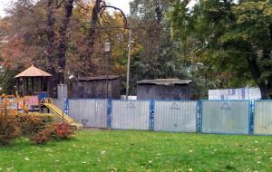 Płot i rura zamiast muru w Parku Kuźniczki