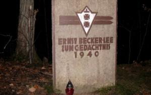 Pomnik niemieckiego skoczka narciarskiego w Dolinie Radości