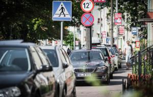 Czy straż powinna przymykać oko na źle zaparkowane auta na Jarmarku?