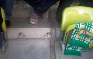 Przyszedł na mecz, a tam śruba zamiast fotela