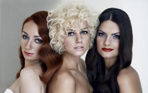 Makijaż, fryzury i paznokcie. Jakie trendy obowiązują w Sylwestra?