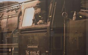Historyczne lokomotywy na elewacji dworca we Wrzeszczu