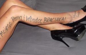 Rozpoczął się proces sutenerów tatuujących kobiety