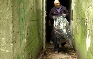 Sprzątają bunkier w Redłowie. W środku zalegają tony śmieci