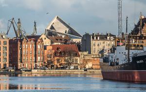 40-metrową wieżę Muzeum II Wojny widać z zaskakujących  miejsc w Gdańsku
