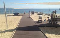 Orłowo: na plaży kładka, otoczenie bez zmian