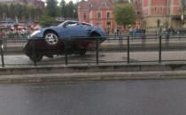 BMW staranowało przystanek tramwajowy na...