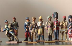 Kolekcja figurek żołnierzy z różnych epok