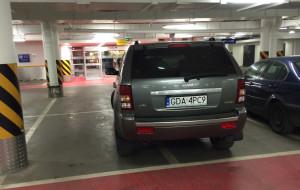 Czy miejsca parkingowe są za ciasne? Absurd goni absurd