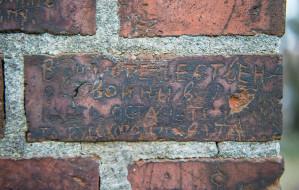 Wydrapane na murze pamiątki II wojny światowej