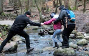 Szukali zagadek po lesie podczas AnO Skrzat