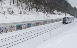 Graffiti pokrywa trasę PKM. Jakie rozwiązanie?