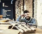Naturalne, stare i niedoskonałe - takie drewno jest teraz w cenie
