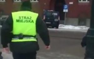 Strażnicy miejscy zaparkowali na sygnale i poszli po bułki