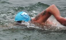Przepłynął 1 milę w lodowatej wodzie