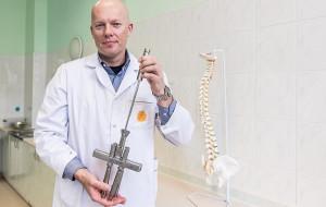 Ortopeda GUMedu operacyjnie prostuje skoliozę innowacyjnym narzędziem