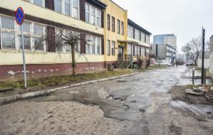 Strefa dziur przy siedzibie Strefy Parkowania w Gdyni