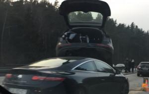 Nietypowa kolizja na obwodnicy. Samochód na dachu innego auta