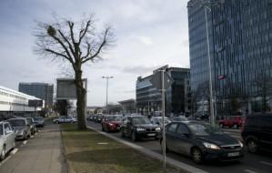 Poranna walka o miejsca parkingowe - praca w biurowcach
