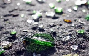 Nastolatkowie rzucali butelkami z siódmego piętra bloku