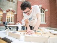 """Studenci kombinują, jak zrobić wytrzymały most z papieru. """"Liczy się precyzja i zmysł inżynierski"""""""